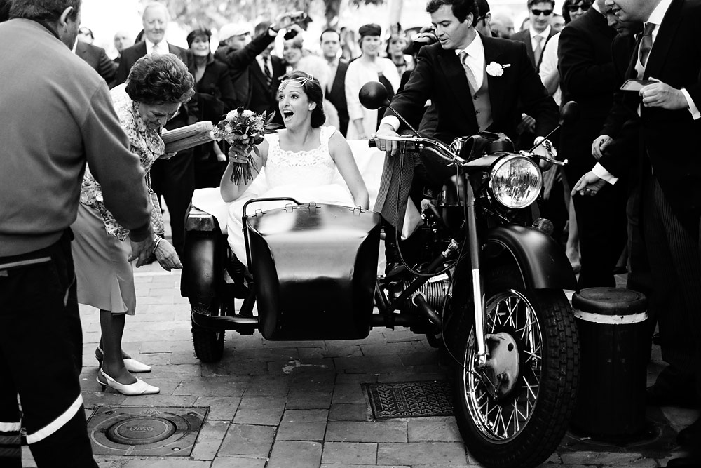 Novios en side-car boda