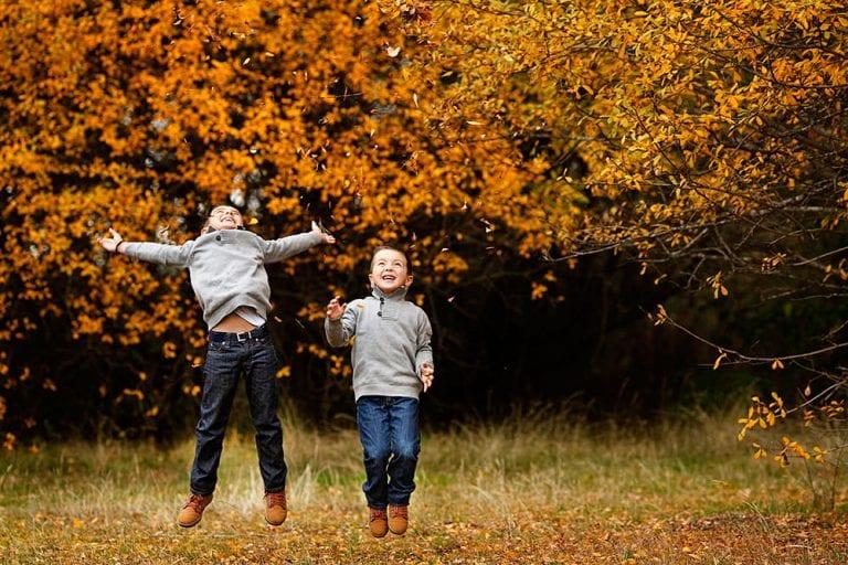 Fotografía de familia. Un bonito día de otoño.