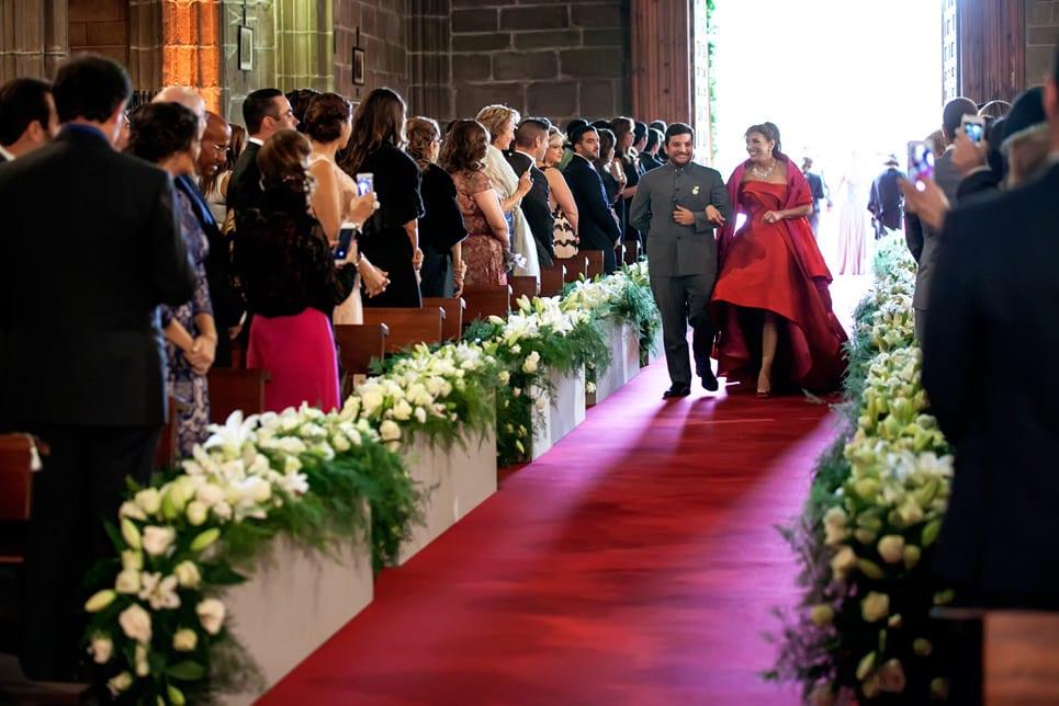 entrada del novio en la ceremonia