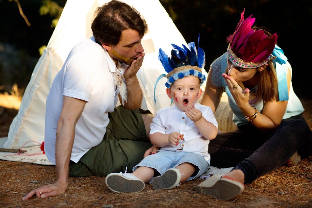 Fotografía de niños, jugando en familia